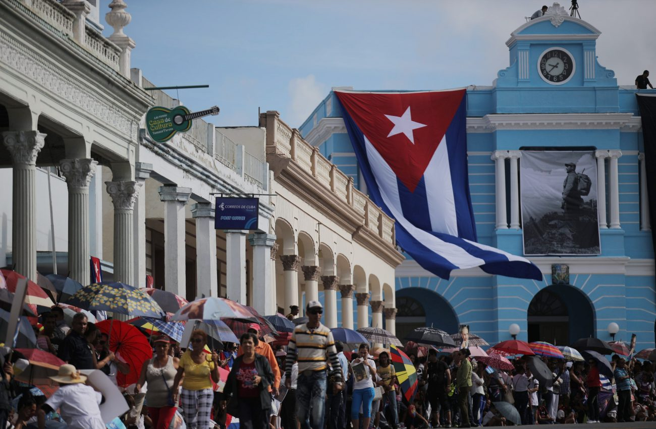 People await the arrival of the caravan carrying the ashes of Fidel Castro in Las Tunas, Cuba, December 2, 2016. REUTERS/Carlos Barria - RTSUDOC